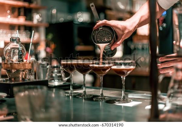 Bartender für alkoholischen Cocktail, Sommercocktail in Bar