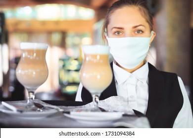 Bartender in medizinischer Maske und Handschuhen macht Latenkaffee