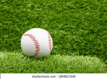 緑の草の背景に野球