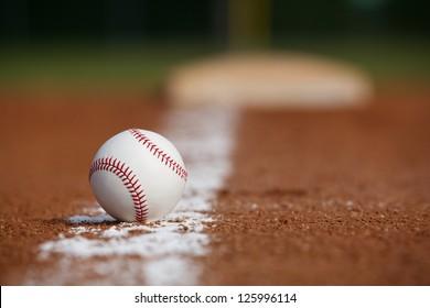 遠くの基地との間の白墨線上の野球
