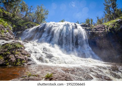 Le marais du panier tombe après de fortes pluies en 2021. Parc national, Nouvelle-Galles du Sud, Australie. Cascade Falls. La cascade s'écoule sur des rochers, entourée d'arbres et d'autres plantes. Scène naturelle idyllique.