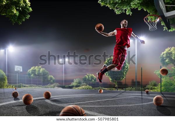 Basketballspieler arbeiten am Nachtgericht