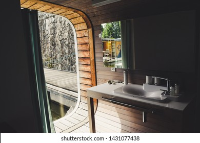 Bathroom houseboat - Modern with perfect view