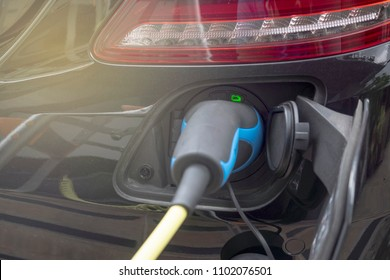Battery status indicator while charging the hybrid car