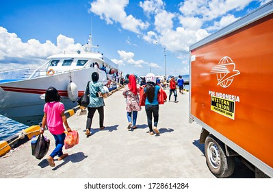 Bau-Bau, South East Sulawesi :  Daily activities at Bau-Bau Harbour, the passengers go to the ship while the workers load and unload the goods  (10/2012)