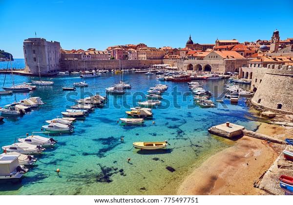 Baie avec bateaux à Dubrovnik. beaucoup de bateaux sur l'eau bleue. dubrovnik, croatie.