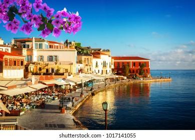 baai van Chania op zonnige zomerdag, Kreta Griekenland met bloemen