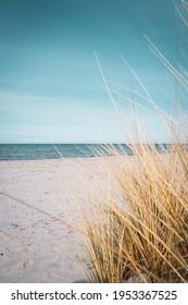 der Strand und das blaue Wasser der Ostsee und der Himmel ist blau