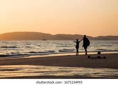 beach couple sunset light sea
