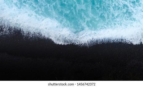 Plage sur drone aérien vue de dessus avec les vagues de l'océan atteignant le rivage, vue de dessus photo aérienne du drone volant d'un paysage marin d'une beauté étonnante. Nouvelle-Zélande.