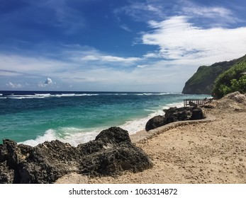 Beach overlooking the ocean in Bali. Crystal clear and clear water. Fresh air and sea breeze