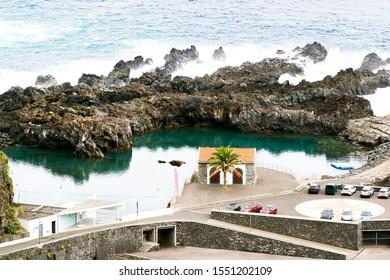 playa y piscina en el pueblo de Seixal, isla de Madeira