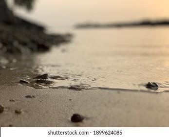 Strandschuss mit Sand und Felsen