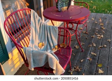 Séchage de serviette de plage sur un transat en métal, pris au coucher du soleil, à l'automne. Concept de changement saisonnier