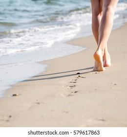 Strandreisen - Frau Walking