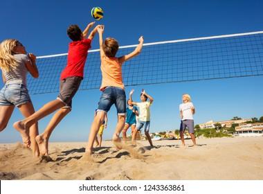 Beachvolleyballspieler, die springen, um den Ball zu spinnen