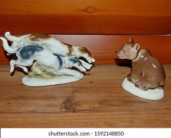Bear and hunting dogs. A chance meeting in the woods. Retro porcelain figurine, collection.