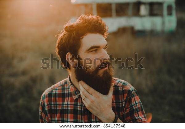 Bearded man. Mann mit Bart draußen.