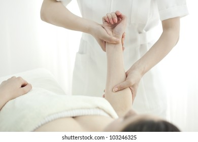 The beautician who massages the arm
