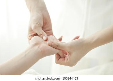 The beautician who massages the hand
