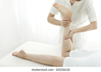 The beautician who massages the leg