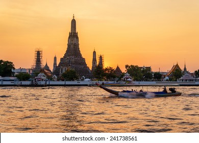 A beautifu sunsetl temple wat arun also call temple of dawn is in the bank of chaophraya river in bangkok , thailand