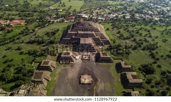 テオティワカン太陽と月のメキシコのピラミッドの美しい空撮