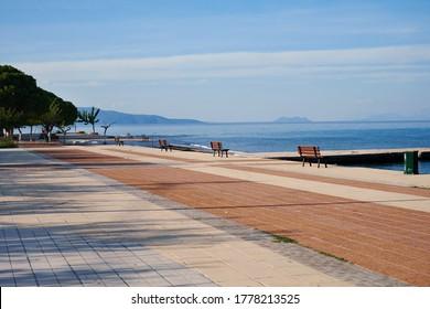 Schöne Gasse und Bänke entlang der Küste. Leere Strandpromenade.