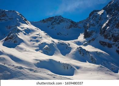 イタリアのアルプスの美しい高山の峰、冬の風景