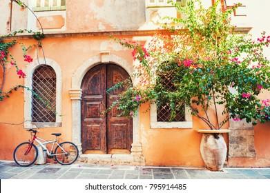Hermoso edificio antiguo en Chania, isla de Creta, Grecia.