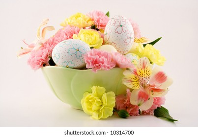 A beautiful arrangement for Easter consisting of decorated eggs and flowers.