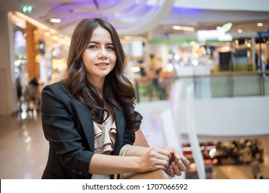Beautiful Asia business woman over blured  supper market background.