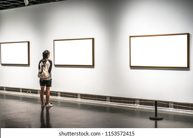 beautiful asia girl in the gallery with blank frame
