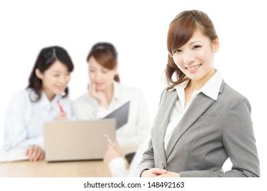 Schöne asiatische Geschäftsfrauen einzeln auf weißem Hintergrund