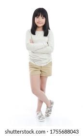 Schönes asiatisches Mädchen auf weißem Hintergrund einzeln
