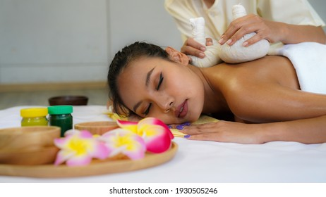 Beautiful Asian woman laying her body to relax in an oil spa massage in the salon. woman relaxing in spa.