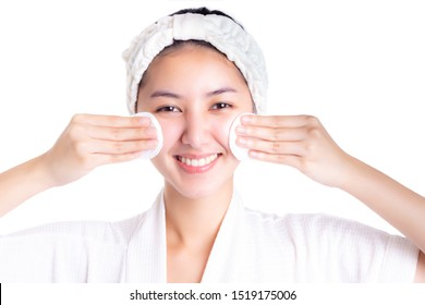 Beautiful asian woman removing makeup and cleaning her face by using white cotton pads. Beauty woman use cotton swab pad after finished bath. isolated on white background. skin care, beauty concept.