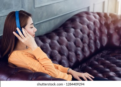 Beautiful Asian women Lie down and listen  music on sartphone with conection radio to internet.Lifestyle concept.color tone