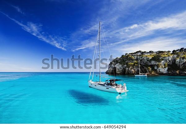 Schöne Bucht mit Segelbooten, Insel Menorca, Spanien