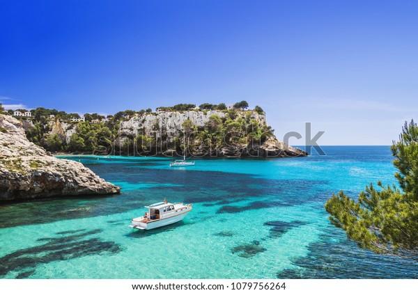 Schöne Bucht mit Segelbooten und Yachten, Cala Galdana, Insel Menorca, Spanien. Yachting, Reise und aktives Lifestyle-Konzept