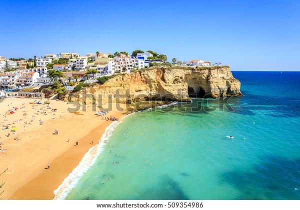 Bela praia e arquitetura em Carvoeiro, Algarve, Portugal