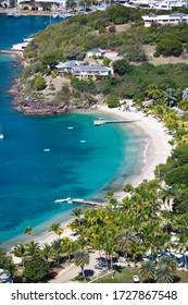 Ein schöner Strand am Eingang des englischen Hafens in Antigua, von einem Hügel aus gesehen.