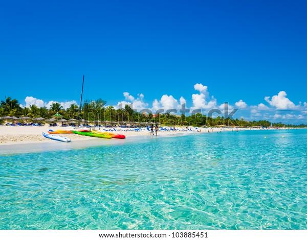 Der schöne Strand von Varadero in Kuba mit bunten Booten und Strohschirmen (Bild vom Meer)