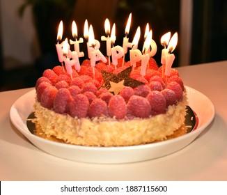 Hermosa tarta de cumpleaños con velas cerca