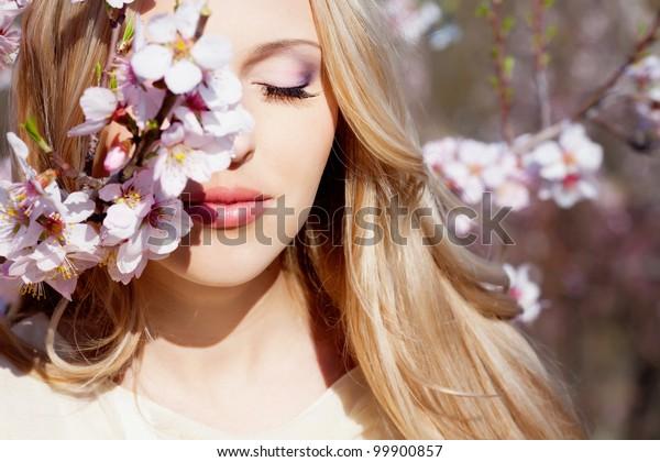 花の庭に美しい金髪の女の子
