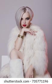 Frumoasă femeie tânără blondă în blană albă.moda de iarnă. Frumusețe sexy model fată cu păr bob și machiaj