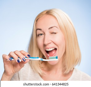 beautiful blonde cleans to a Shine teeth