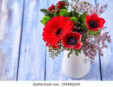 schöner Bouquet mit roten Tieren und Gerberblumen
