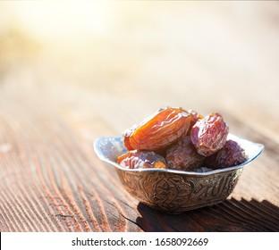 Schöne Schüssel voll mit Dattelfrucht, die das Ramadan symbolisiert