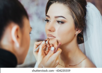 Beautiful Bride Portrait wedding makeup, wedding hairstyle, Wedding dress. Wedding decoration. soft selective focus. gorgeous young bride at home in the morning